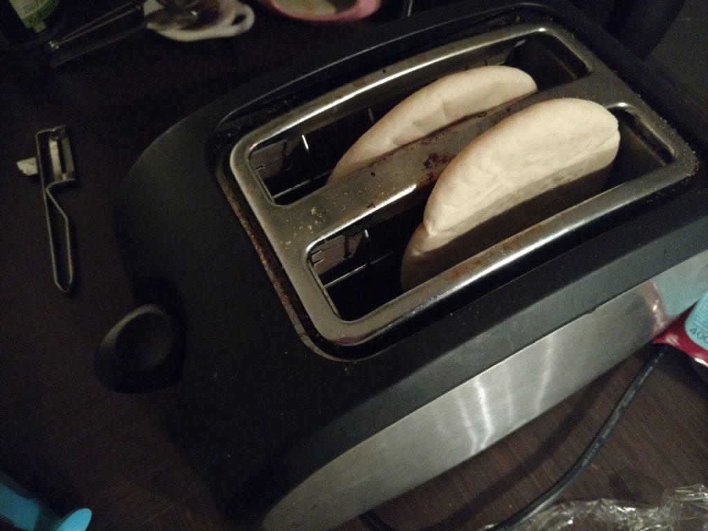 Pitabroodjes in de broodrooster.