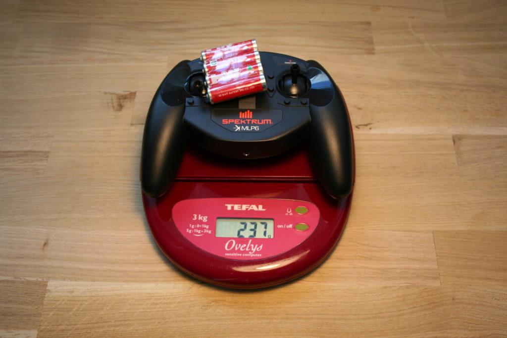 De Spektrum MLP6 afstandsbediening weegt met batterijen 237 gram.