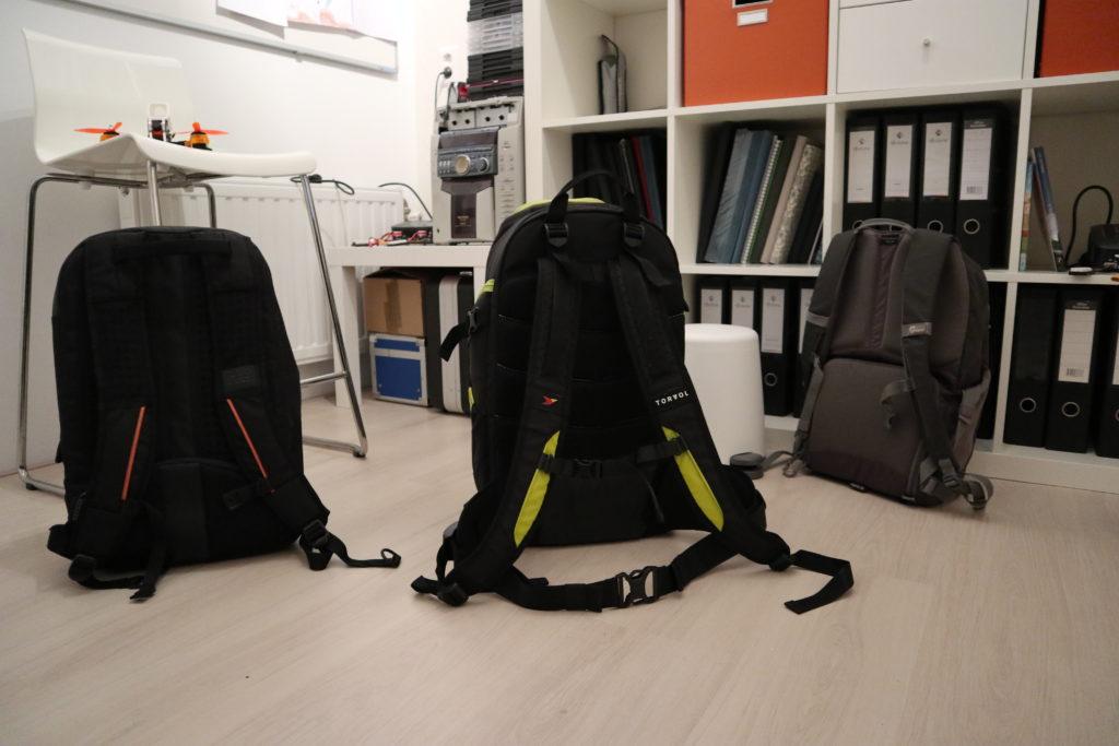De achterzijde van de Quad Pitstop Backpack Pro en mijn eerdere rugtassen.