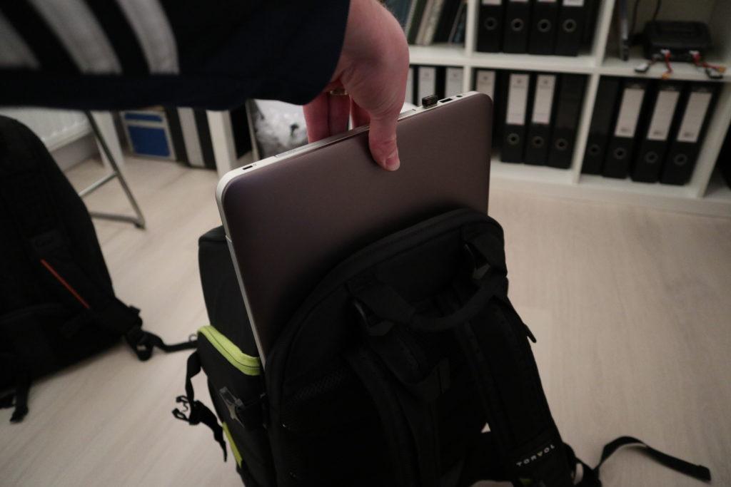 Laptop glijd er makkelijk in.