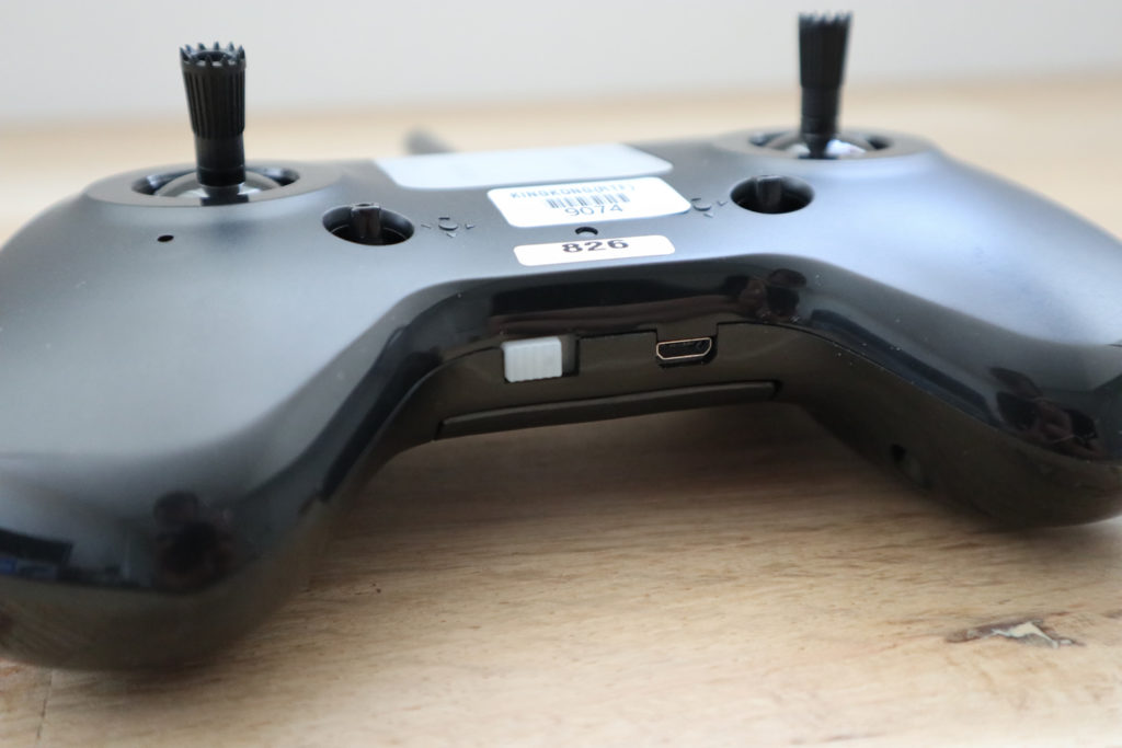 Op de bodem vind je links de aan-, uit schakelaar en de micro USB oplaadpoort.
