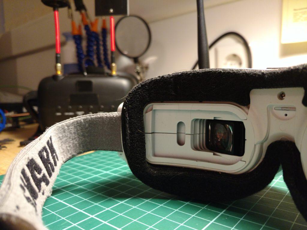 Op deze foto zie je waar een stukje van de bril is afgebroken.