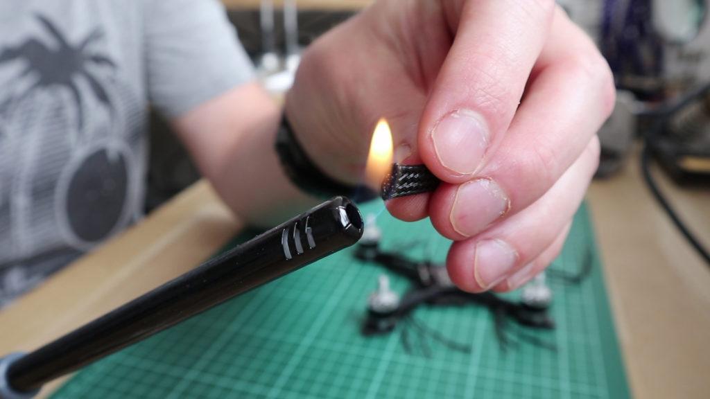 """Na het afknippen van een stuk gevlochten draad, brand ik de einden dicht. Dit voorkomt """"pluizen""""""""."""